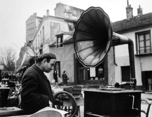 robert-doisneau-03-la-musique-des-puces-1944