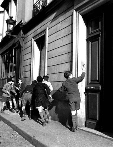 robert-doisneau-25-la-sonnette-1934