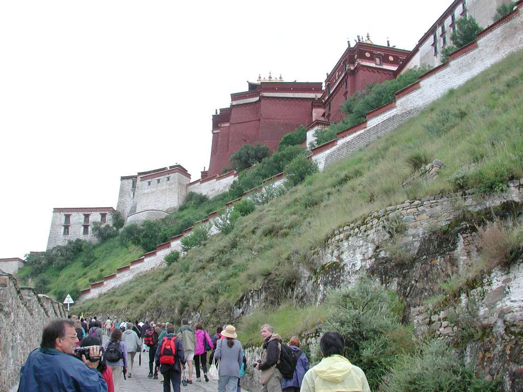 04_walking_up_potala_hill