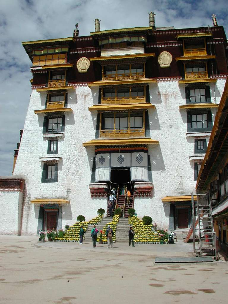 21_lower_exit_of_potala_with_flowers