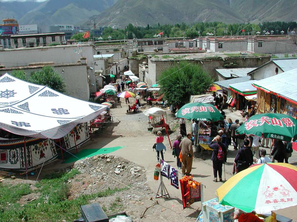 25_tourist_trap_market_at_base_of_potala