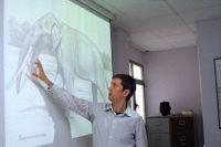 Enrique Peñalver explica cómo era el elefante cuyos restos han sido encontrados.