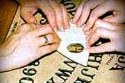 tabla-ouija-espiritismo-manos
