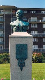 Estatua conmemorativa a matthew frente la costa