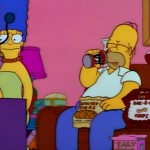 Homer comiendo frente la tele