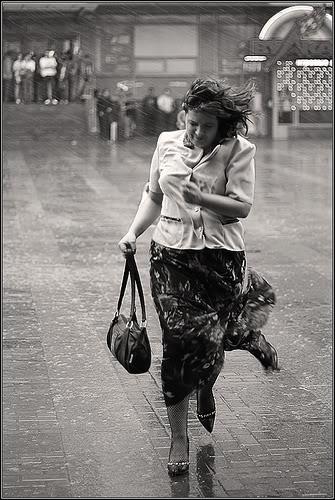 mujer andando bajo lluvia