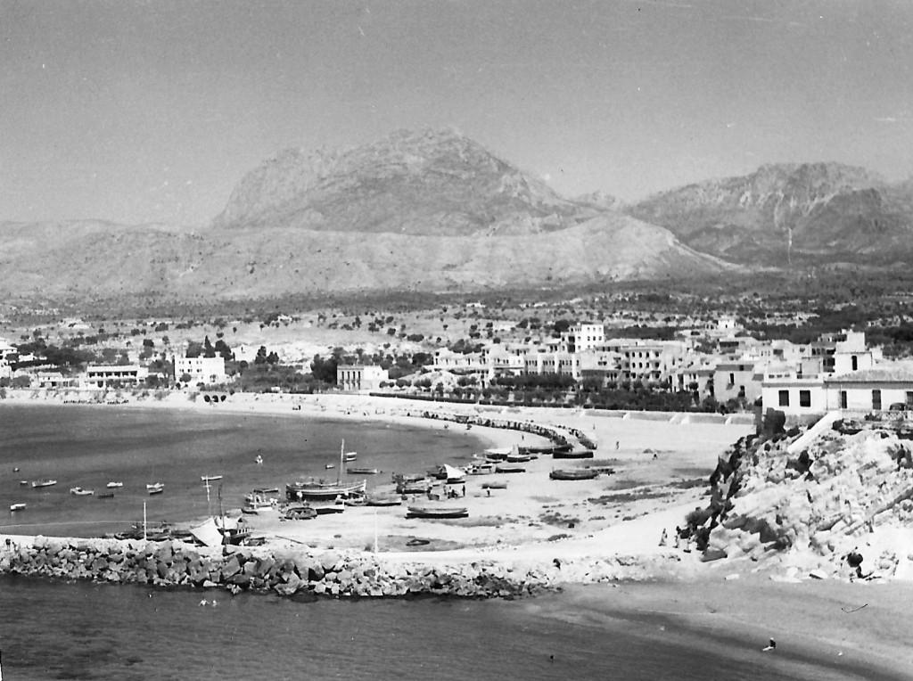 benidorm-fotos-Benidorm agosto 1958, playa de Levante con barcos de pesca