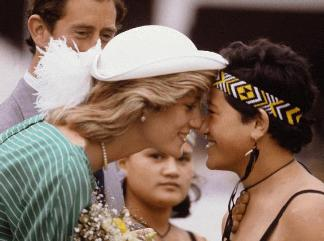 beso saludar diana lady di aborigen oceania