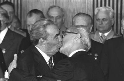 beso saludo breznev_honecker
