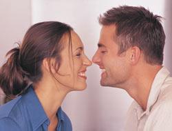 pareja_hombre_mujer_beso_saludo