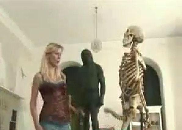 esqueleto museo broma