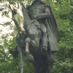 ¿Qué determina la posición de las patas de los caballos en las estatuas?