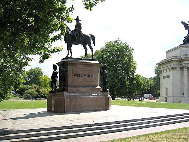 wellington estatua caballo
