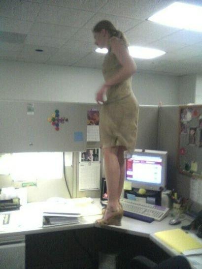imagenes oficina humor risa bailando mesa
