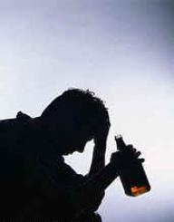hombre alcoholico botella