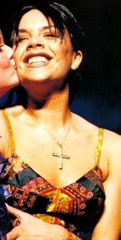 victoria-beckham-riendo-smiling-laughing-sonriendo-03