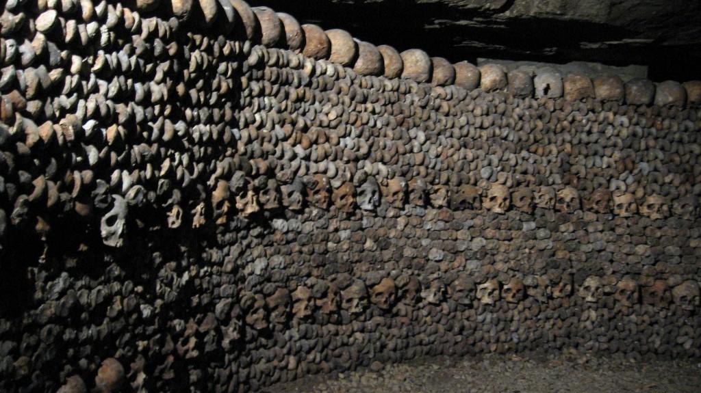 catacombes paris catacumbas restos