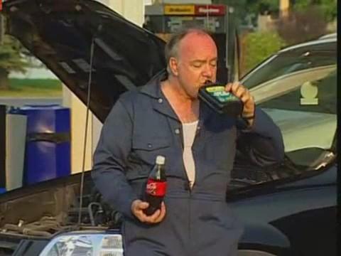 broma mecanico bebiendo aceite motor coca cola