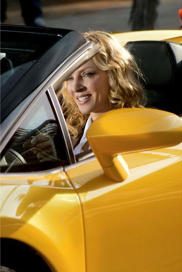 pirelli-film-mission-zero-uma-thurman-sonriente-coche