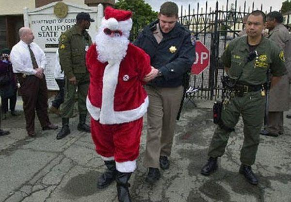 Detienen a Papá Noel por pertenencia a banda organizado junto a un payaso siniestro.
