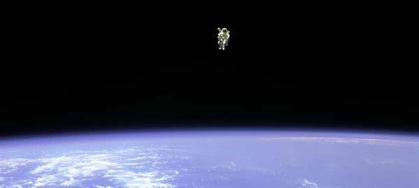 astronauta flotando espacio