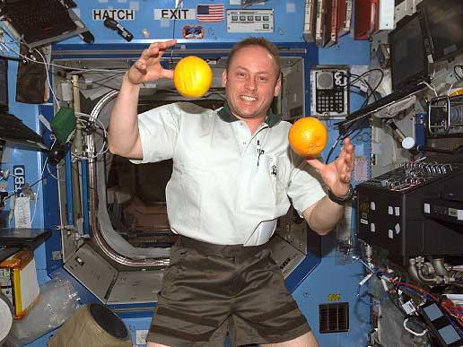astronauta flotando gravedad cero