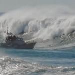 barco oleaje olas mar brava 02