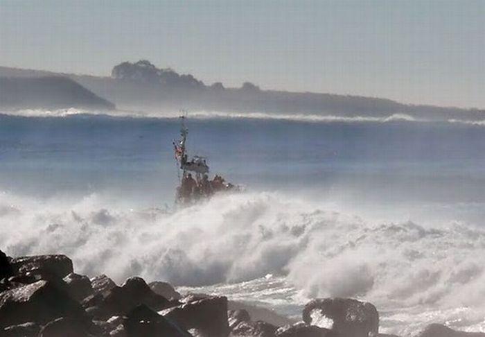 barco oleaje olas mar brava