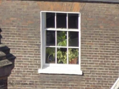pareja sorprendida edificio ventana