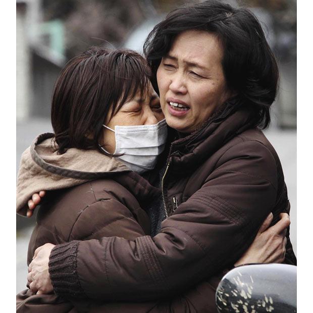 Minamisanriku hermanas abrazandose terremoto tsunami refugio