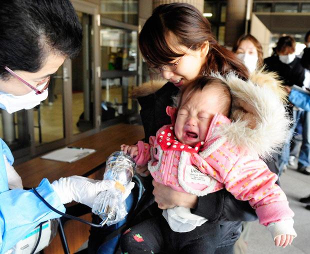 bebe madre terremoto 2011 radiacion examen evacuacion