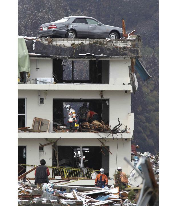edificio bomberos buscando rescate terremoto tsunami japon 2011