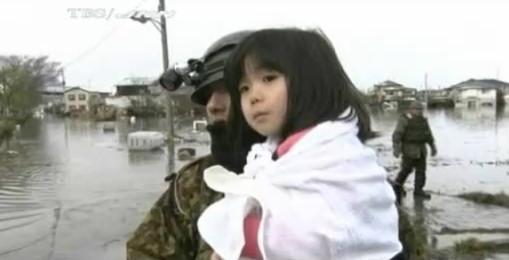 ejercito nina rescatada terremoto japon 2011 tsunami video