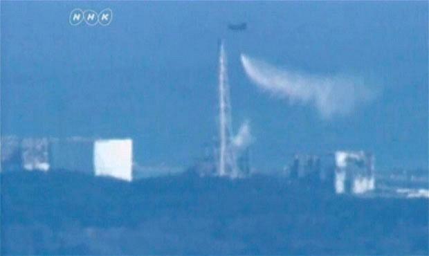 helicoptero militar rociando echa rocia agua central nuclear fukushima