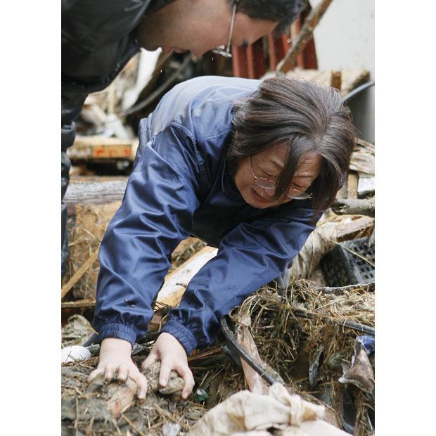 mujer llorando madre muerta tsunami terremoto japon 2011
