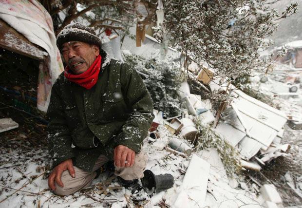 onagawa miyagi hombre llorando terremoto tsunami japon 2011