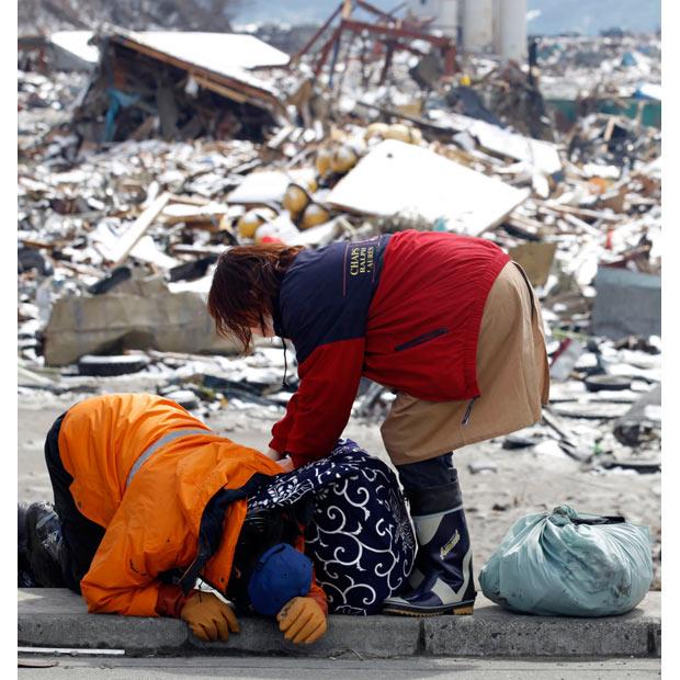 pareja terremoto tsunami 2011 japon casa devastada