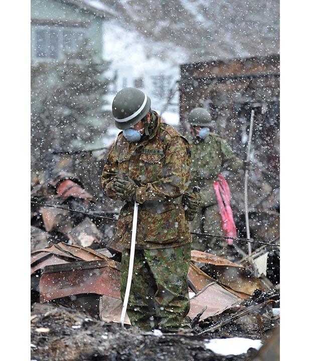soldato otsuchi iwate rezando muerto tsunami japon 2011