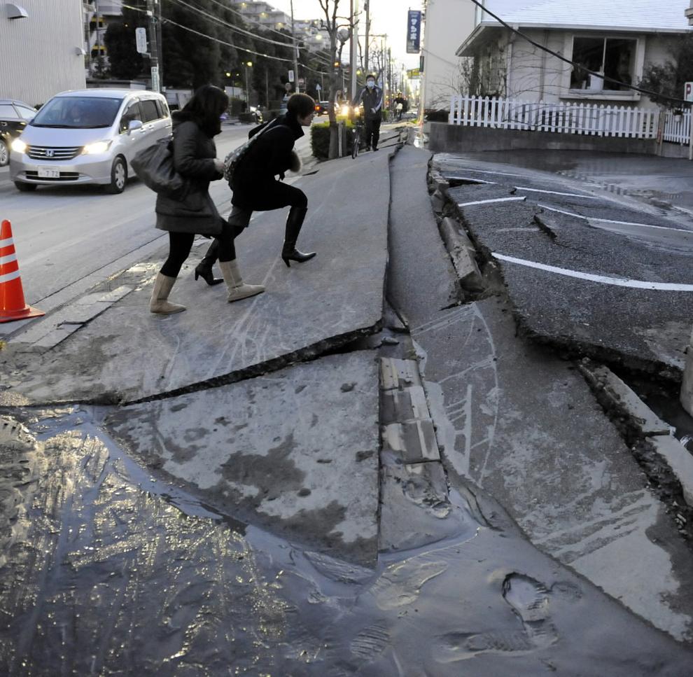 terremoto japon 8.9 2011 calle destrozada Urayasu peatones Chiba