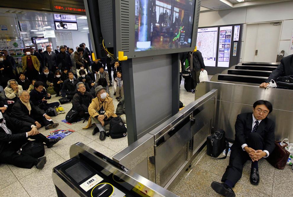 terremoto japon 8.9 2011 estacion tren tokio trabajadores esperando