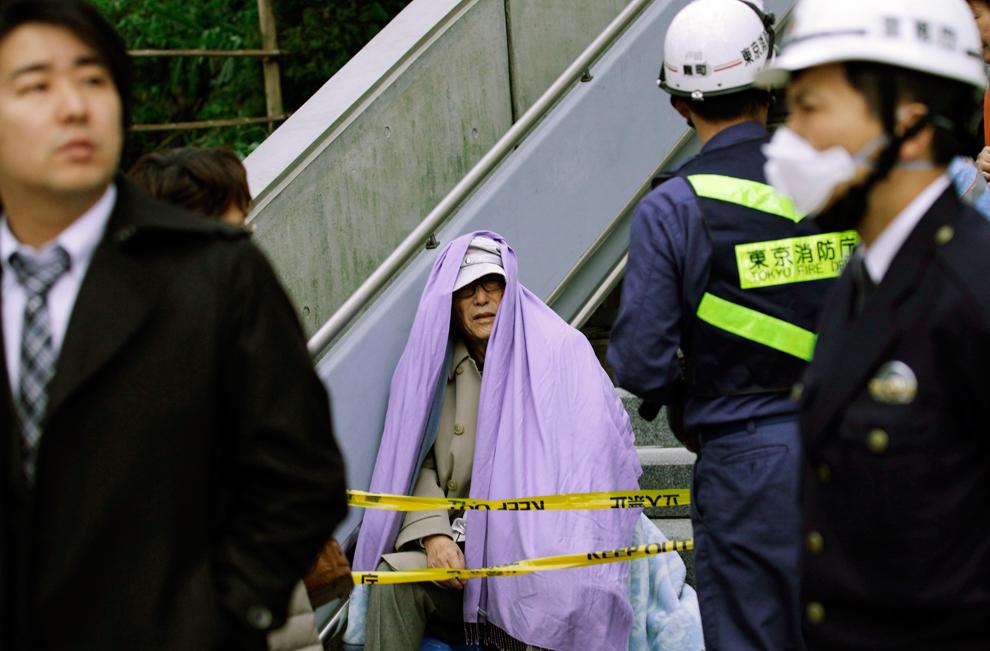 terremoto japon 8.9 2011 hombre evacuado manta tokio
