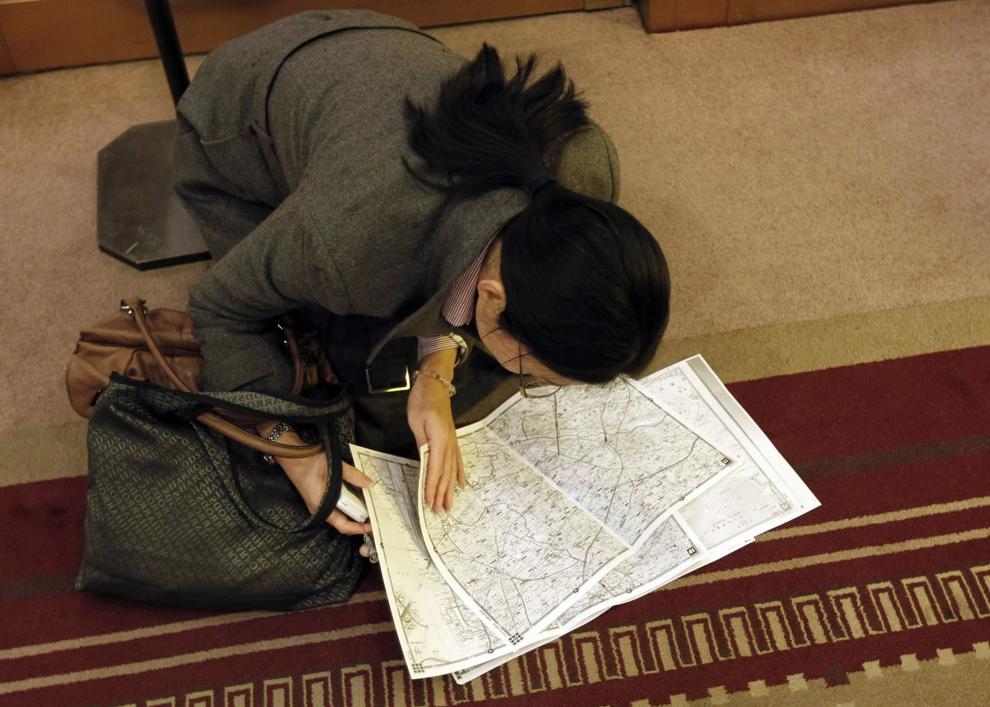 terremoto japon 8.9 2011 mujer consultando mapa hotel