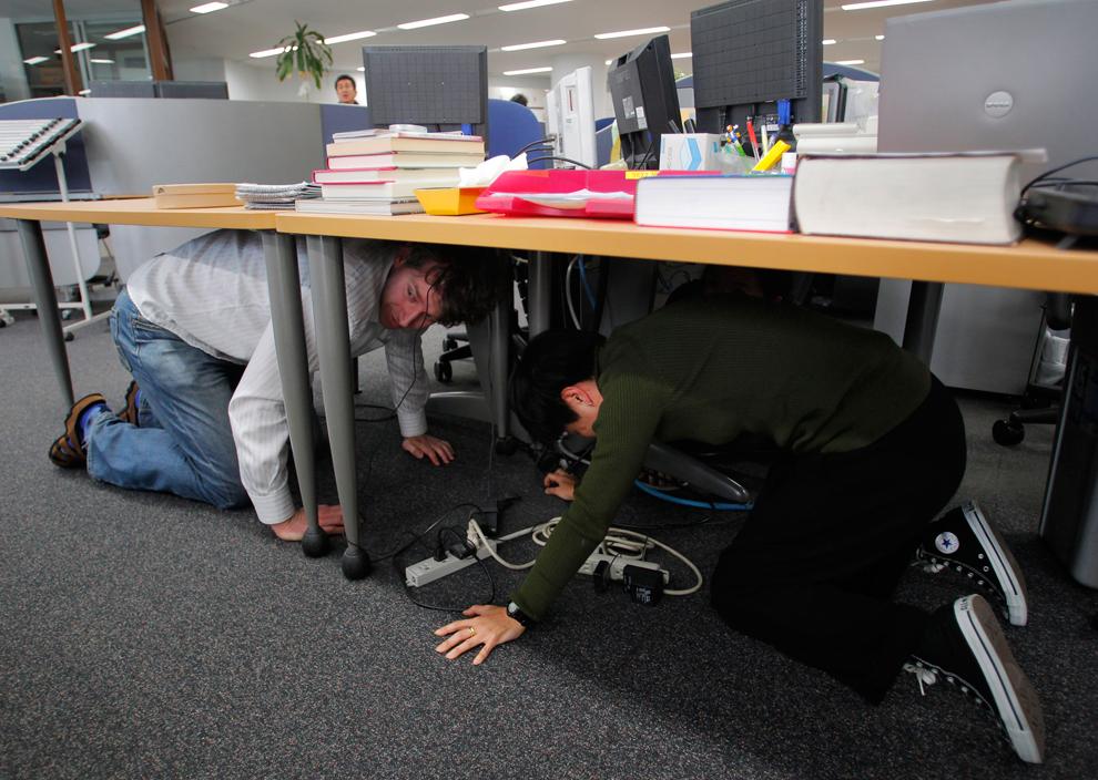 terremoto japon 8.9 2011 oficina mesa reporteros temblor
