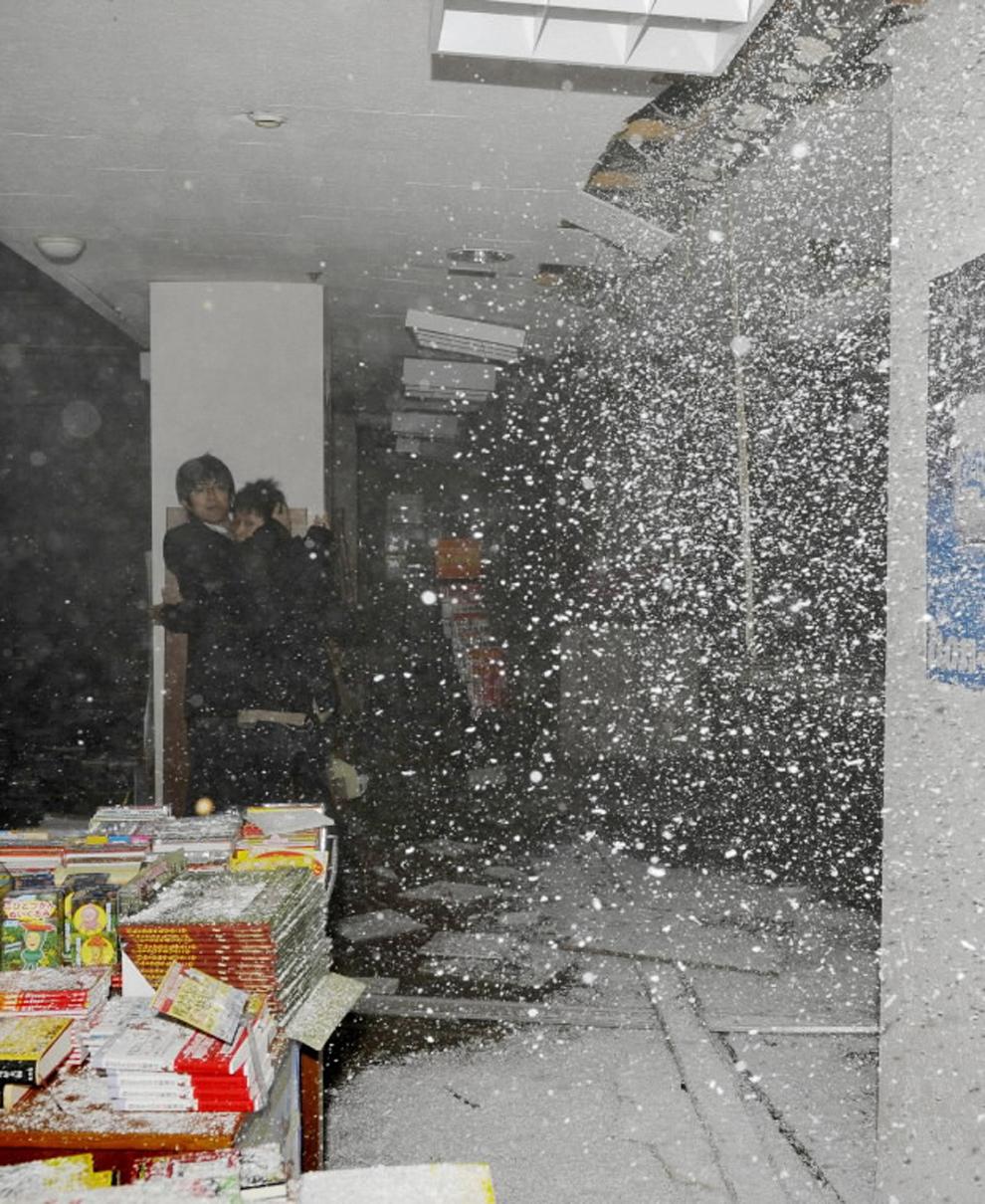 terremoto japon 8.9 2011 sendai libreria techo