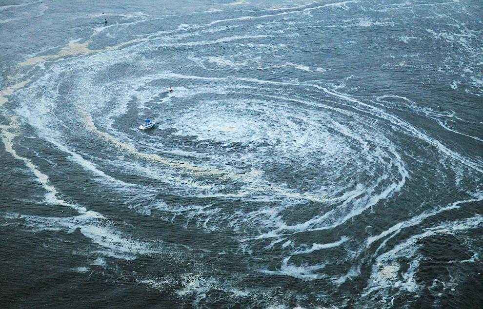 terremoto japon 8.9 2011 tsunami Oarai Ibaraki barco remolino