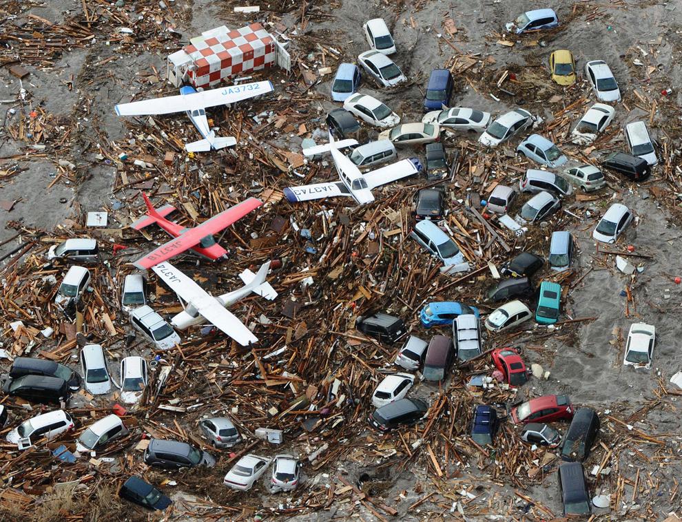 terremoto japon 8.9 2011 tsunami aviones coches escombros