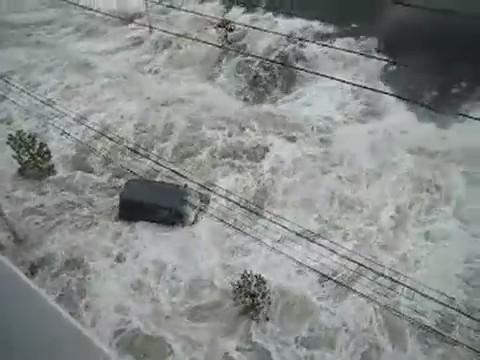 tsunami japon 11 marzo 2011 agua coche