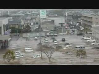 tsunami japon 11 marzo 2011 aparcamiento coches
