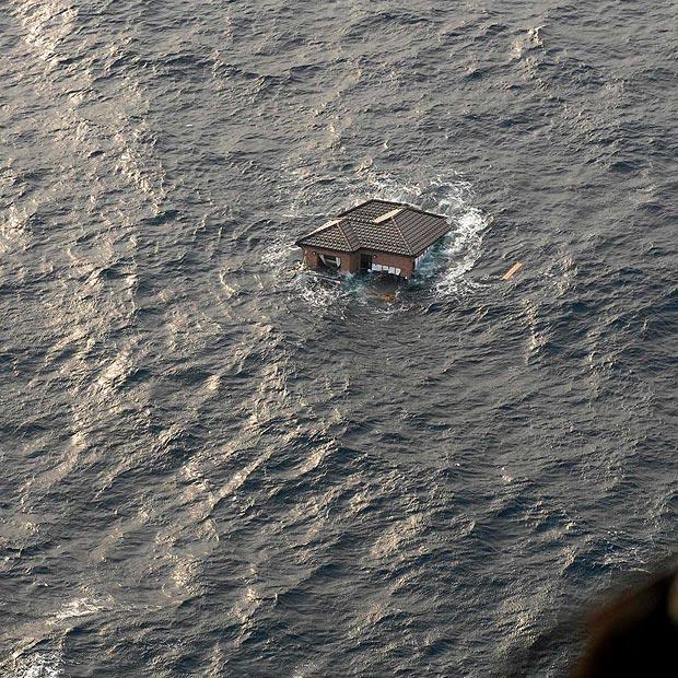 tsunami japon terremoto 2011 casa flotando oceano pacifico