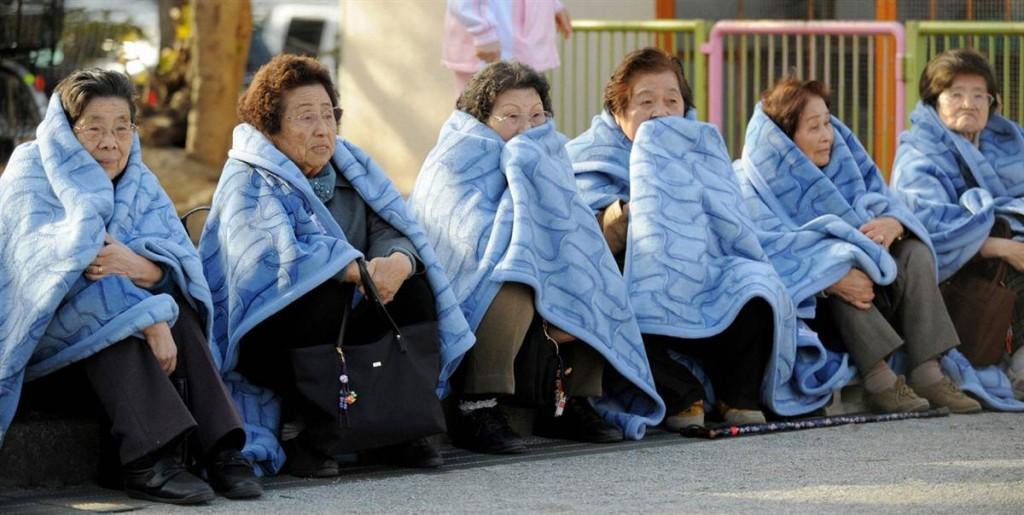 terremoto japon 11 2011 marzo mujeres esperando